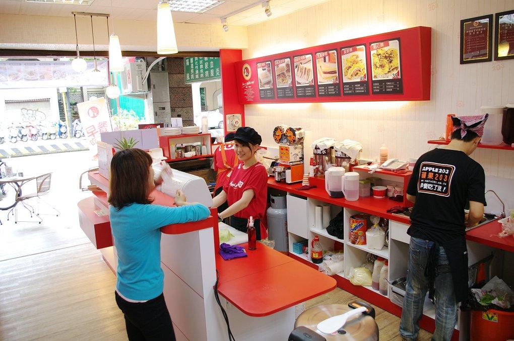 早餐店奥客不满呛说「没前途才端盘子」,工读生「把风扇调大」烙下一句话全场客人拍手叫好!