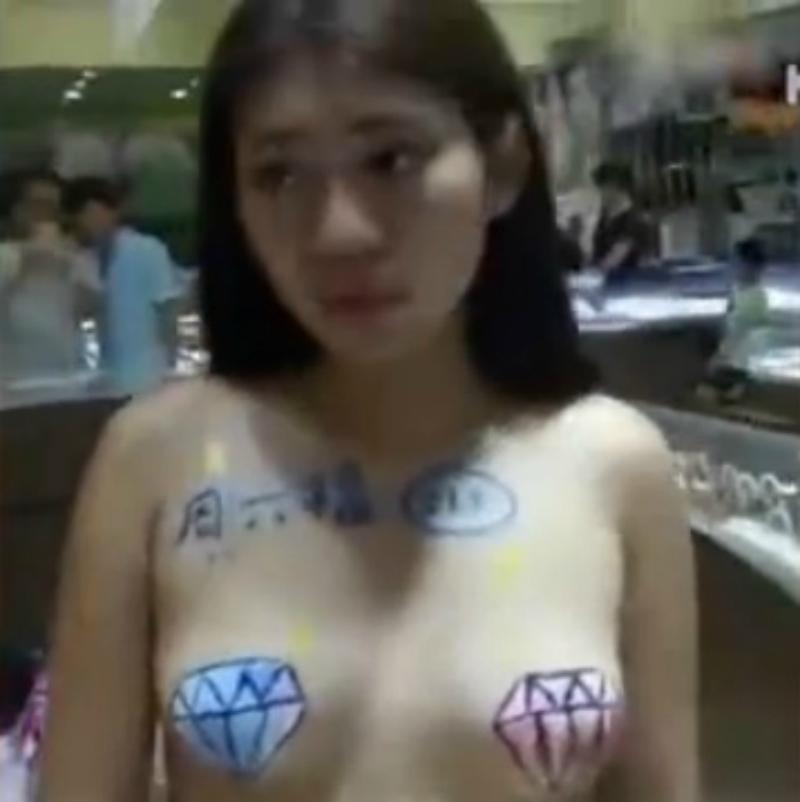 知名珠寶店竟然請了「半裸銷售員」做促銷,網友回應「窮到買不起制服嗎?」(影片)