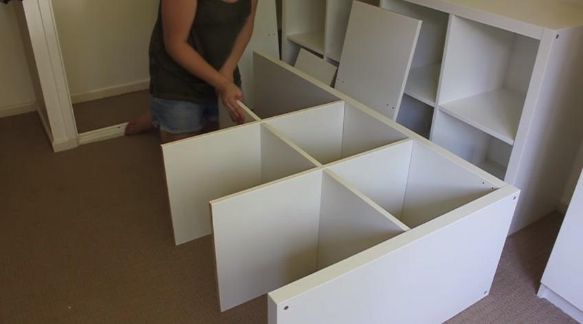 她買4個IKEA八格櫃回家看起來很佔空間,但拆開後完成的「房間大改造」讓我看到IKEA真正的使用方法!