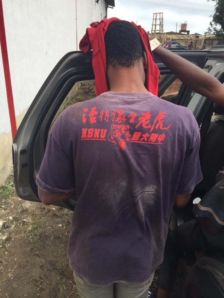 網友分享非洲男生穿「木柵國中」校服的照片,本以為是他在台灣上課但「這才是真正的愛心」!
