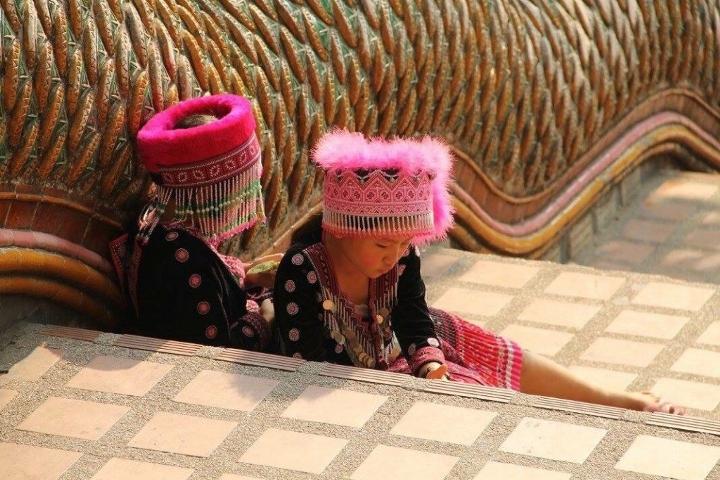 情侶到泰國玩回家發現有東西怎麼不見了,回家看跟兩個可愛小女生合照發現「拍到了恐怖的犯罪證據」。