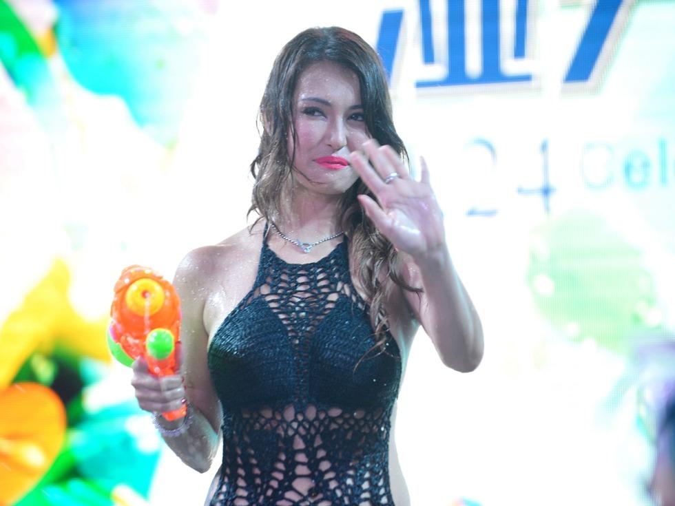性感混血女優小澤瑪麗亞受邀出席中國潑水活動被民眾「噴到濕身」,大腿粗到粉絲都心碎了!