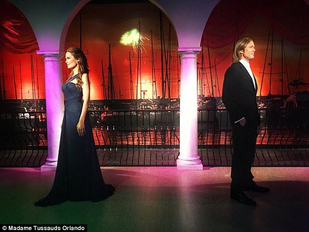 離婚後蠟像館員工就只好拆散「小布與安潔莉娜」中間還多塞了一個人,讓網友驚覺原來小三是他!