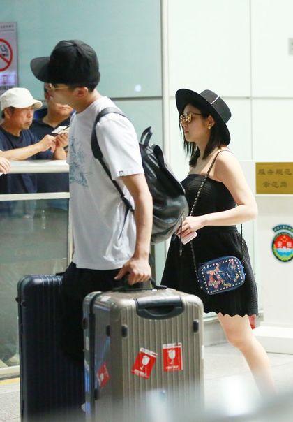 陳妍希北京機場被拍到5個月大肚子的幸福模樣,最後還讓網友猜「四個手指」的意思!