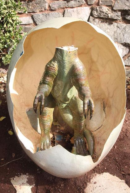 飢渴女子當眾撩起短裙「強暴無辜小恐龍」還逼他聞鮑鮑,小恐龍最後死狀淒慘...