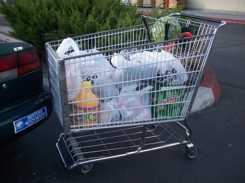 媽媽把10個月大的兒子「放在超市推車的兒童椅」一起購物,隔天兒子高燒到39度「血管癱瘓」還狂吐...