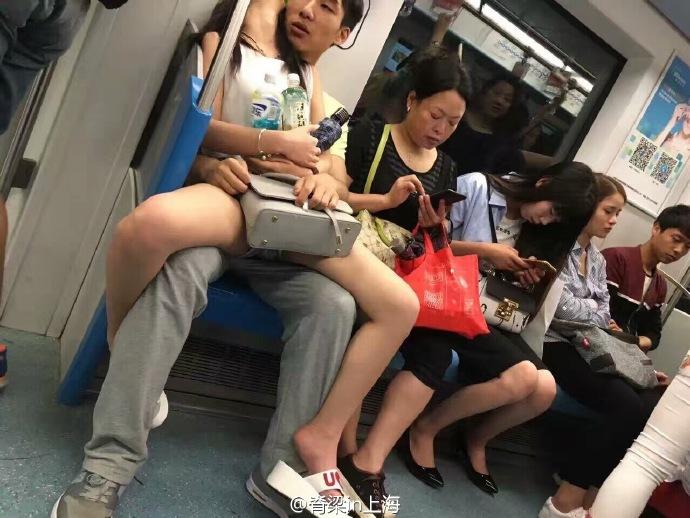 照片神註解「女友癱瘓多年」男孩不離不棄 公開「真實景象」網友笑到噴淚!