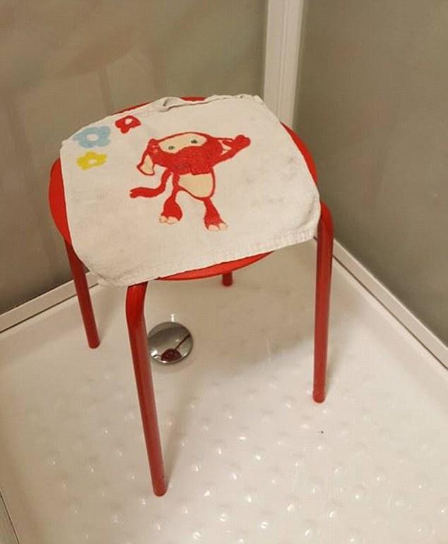 挪威男子因膝蓋受傷買IKEA洞洞椅坐著沖澡,站起來時發現「睪丸悲劇」讓破萬人笑崩!