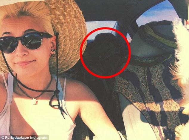 麥可傑克森18歲女兒芭莉絲上傳這張自拍照,但看清楚「後座神秘黑影」的粉絲都驚呼流行天王還活著!