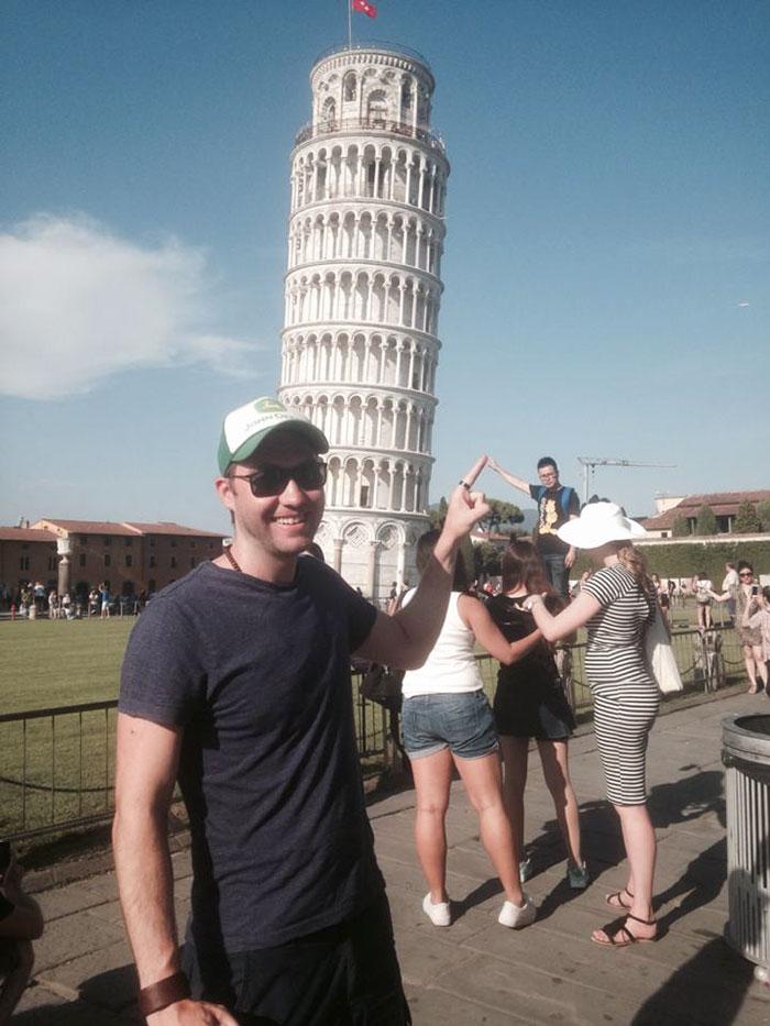 網友參觀比薩斜塔時拍照拍膩了 所以他換了個角度拍照「把所有想跟斜塔拍照的遊客都玩翻!」