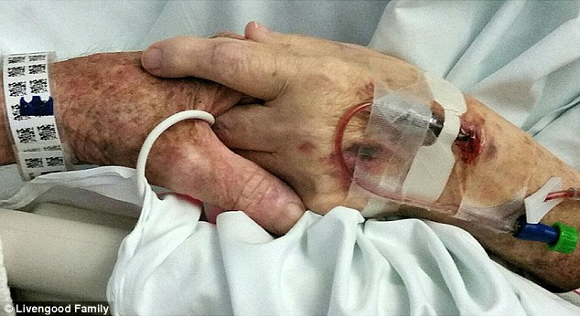 這對結婚59年夫妻「牽著彼此的手一起離開人世」,老爺爺死前跟老奶奶約定到天堂再次結婚超浪漫!