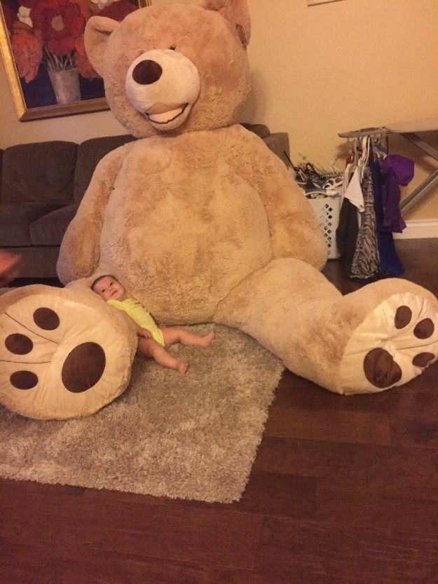 爺爺買「超大型泰迪熊」送孫女 小女娃「快被吞掉」的超萌迷你身影讓網友都融化了!