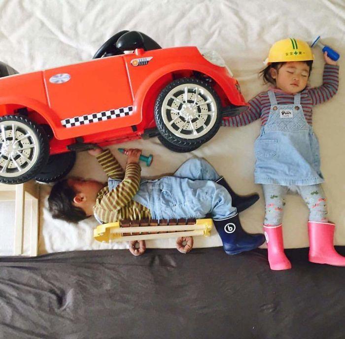 40張「媽媽趁孩子睡著帶他們踏上大冒險」超萌照片!原來雙胞胎還有這種玩法!