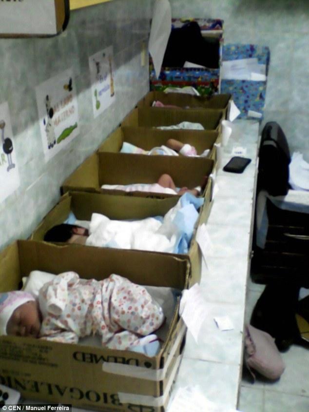 委內瑞拉窮到沒物資「新生嬰兒只能睡紙箱」,政府官員還說「不要干涉」...