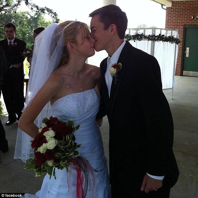 這對「不顧醫生勸告堅持結婚」的絕症情侶被命運捉弄,現在他們的故事真的結束了...(洋蔥)