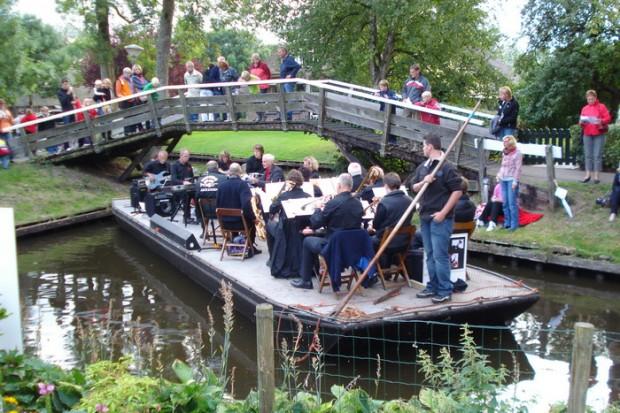 這個荷蘭小村莊「800年來都沒有打造道路」,只能走路坐船去但一到「你才知道宮崎駿的世界是真的」!