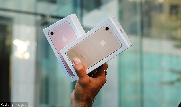 Youtuber教網友「如何在iPhone 7上鑽出3.5耳機孔」,結果無數網友「把自己i7鑽壞」證明有錢不代表有頭腦!