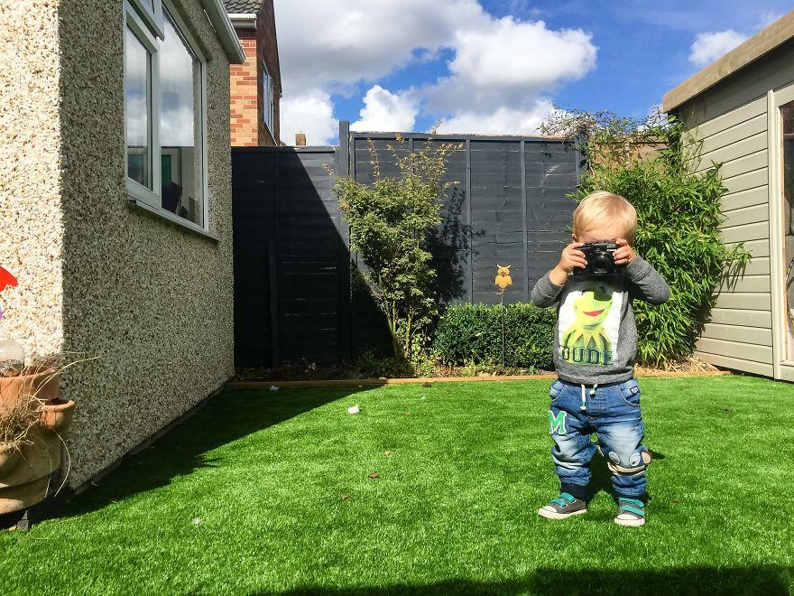 爸爸把相機交給1歲半兒子 拍出來的照片卻證明大人世界真的太夭壽!