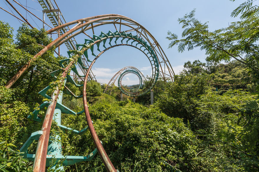 這是日本最有名的「廢棄遊樂園」,但看到現況就知道大自然遲早會拿回一切...