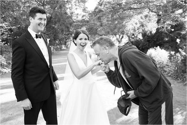 準新人公園拍婚紗被「慢跑的湯姆漢克斯」亂入拍超多張,結果得到「有史以來最溫馨的傳奇婚紗照」!
