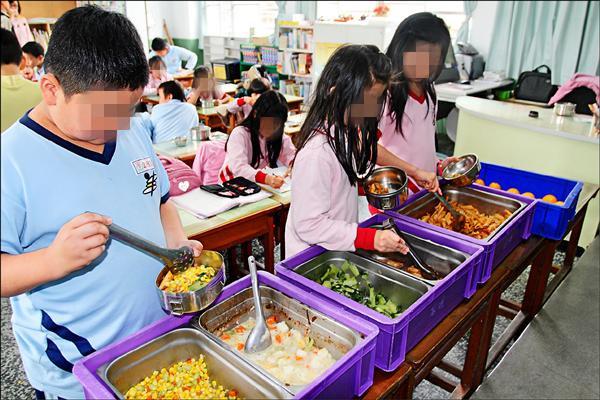 小學教師爆料「低收入戶家庭靠補助出國玩樂」讓納稅人超不爽,這是沒人意識到的台灣政府漏洞!
