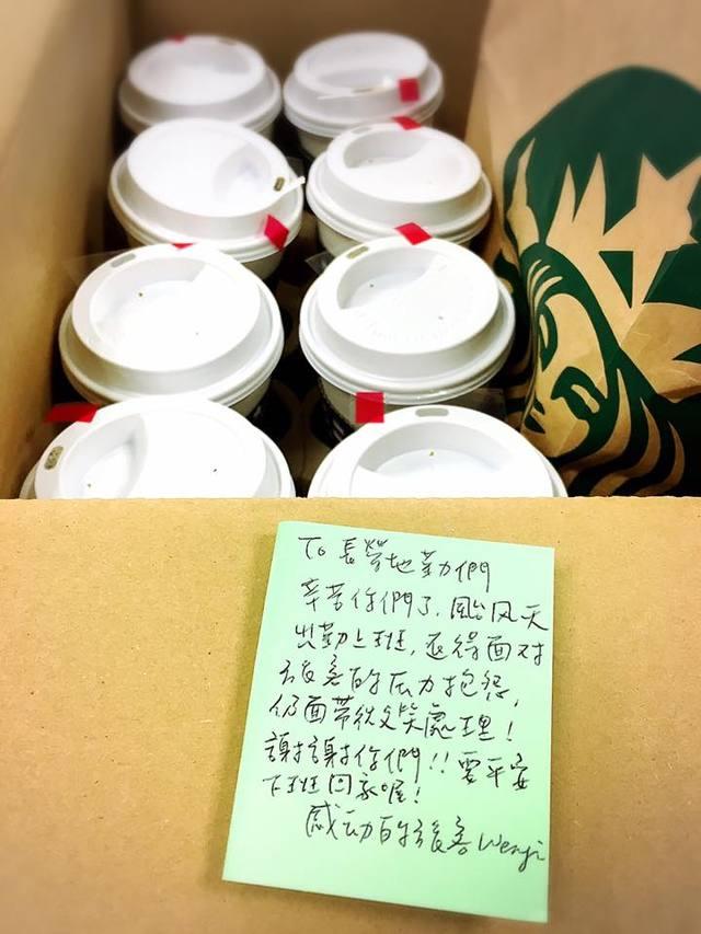 班機因颱風被取消,善心旅客竟然笑笑送一箱咖啡,讓她「感動到起雞皮疙瘩」!