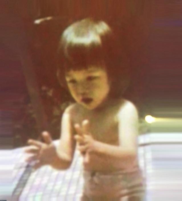 名模林志玲上真人秀時被爆出小時候的「上空裸泳照」,讓大家看到吃了一大驚!