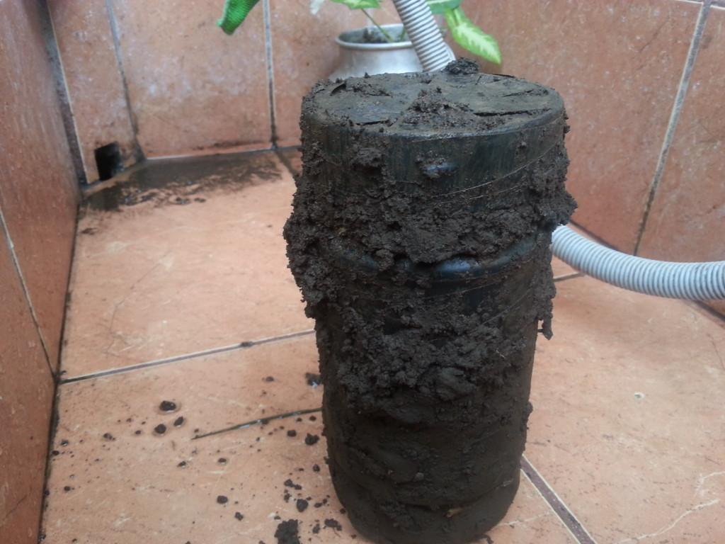 「樓下的房客」在房東家後院找到「這罐瓶子」,知道是什麼以後他的人生盡頭就被鑿開了...