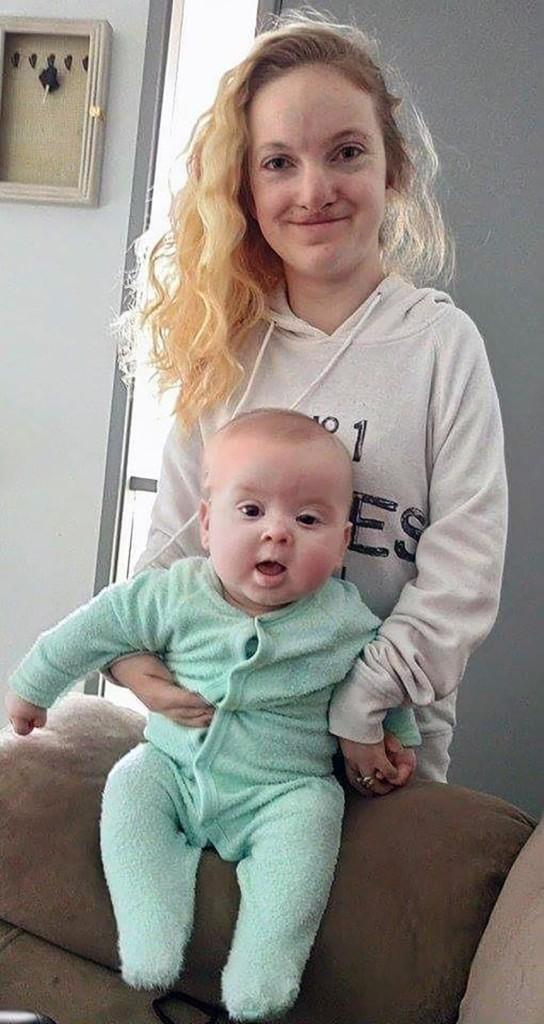 醫生都說「四肢是海綿」罕病媽媽無法生子,現在「不可能」的全家福照證明她巨大的母愛連老天都動容了!