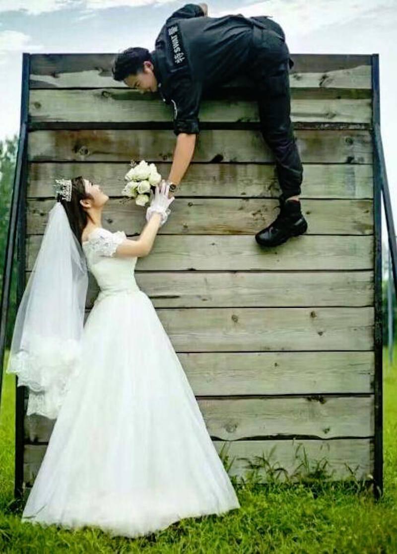 特種部隊男女一開始只是為父母假裝交往,最後就情不自盡假戲真做「成就最猛特種部隊婚禮」!