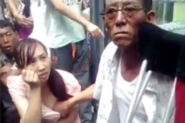 這位算命老人據說可以用「掐奶」就知道女子的未來,結果女生等了很久很久...(內有影片)