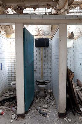 她買下「廢棄已久的公廁想要來個大改造」還被別人笑,可是看到現在「7張完美舒適小窩照片」誰也無法小看男廁了!