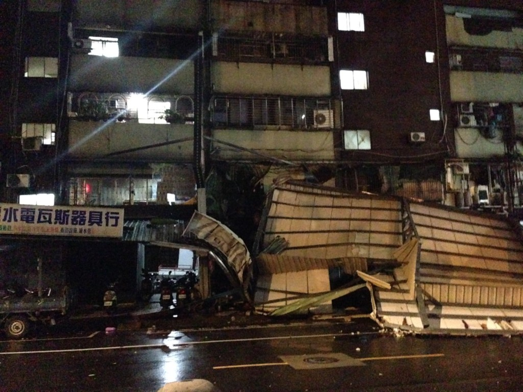 梅姬颱風把「5樓的鐵皮屋變成了1樓」,讓網友笑說「違建不拆,老天幫你拆!」