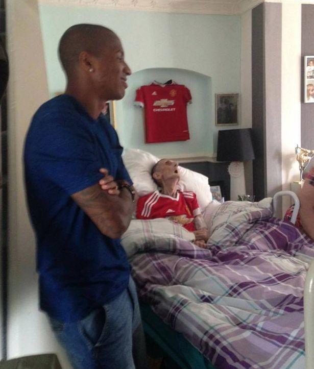 癌症末期老爺爺死前只有一個願望孫女上網狂求助,他在見到了自己最愛的明星球員45分鐘後才捨得斷氣...