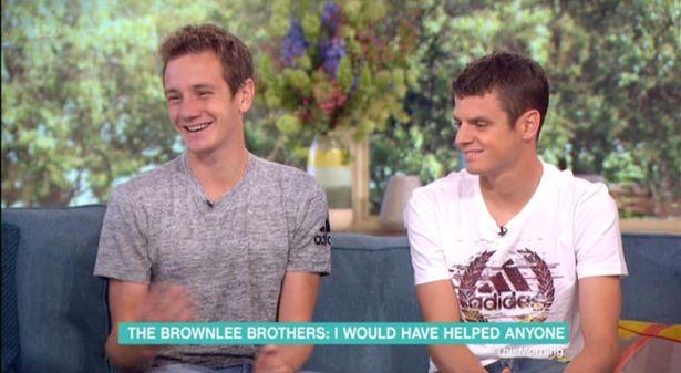 感人的鐵人三項「弟弟跌倒哥哥去扛弟弟失去金牌」,但問弟弟「角色對換一樣會幫嗎?」弟弟爆笑回...