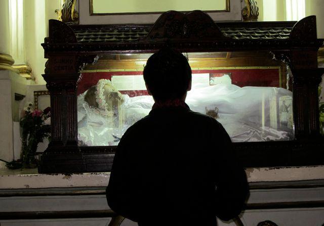 被父親刺死的300歲聖人小女孩被遊客拍到,「突然張開雙眼看向她」嚇壞在場所有人...(影片)