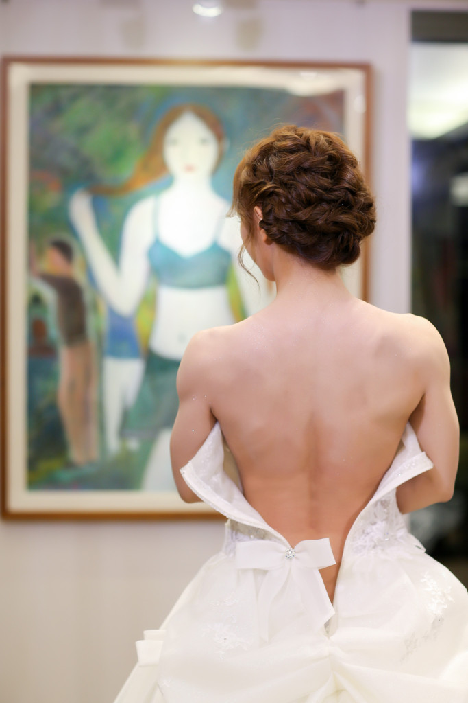 勵志要成為「地表最強新娘」的新娘花了3年鍛鍊,身穿白紗反手拉單槓讓網友陷入瘋狂!
