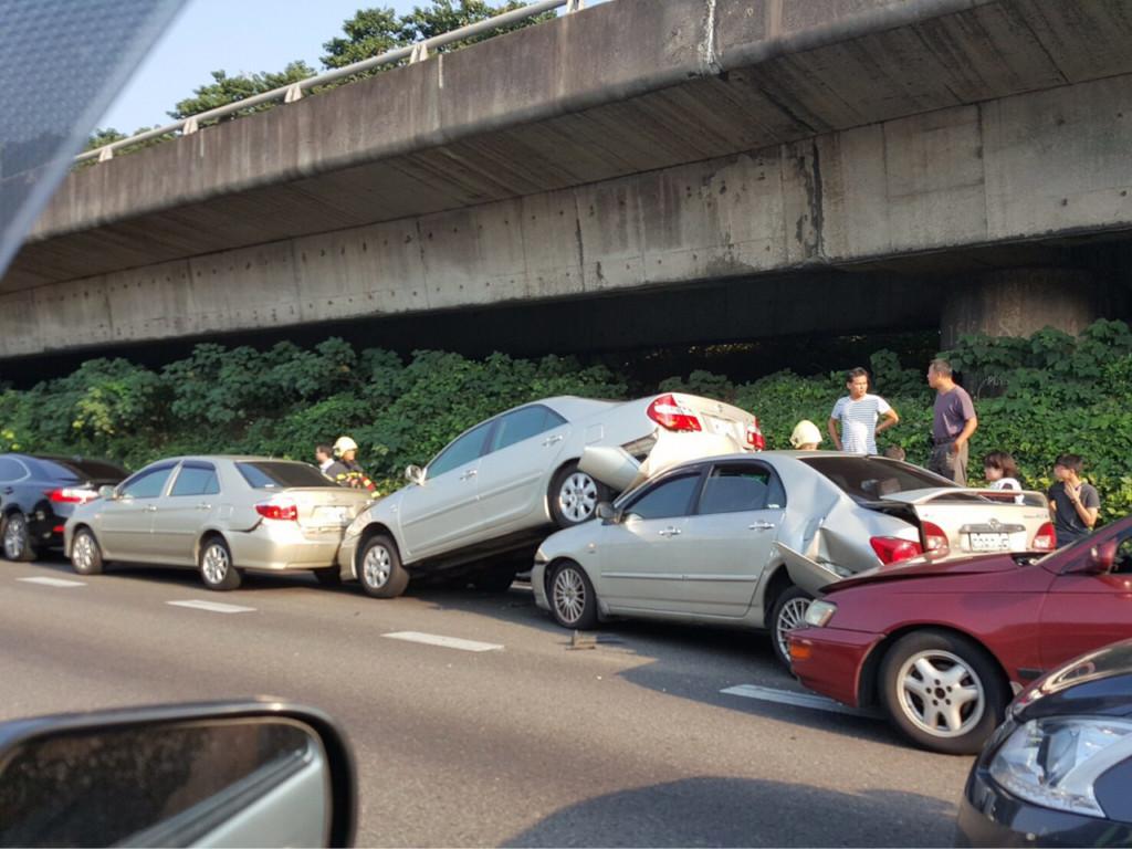 國道上的一場連環車禍讓網友們意外發現,原來「台灣人最愛」買這種車?!