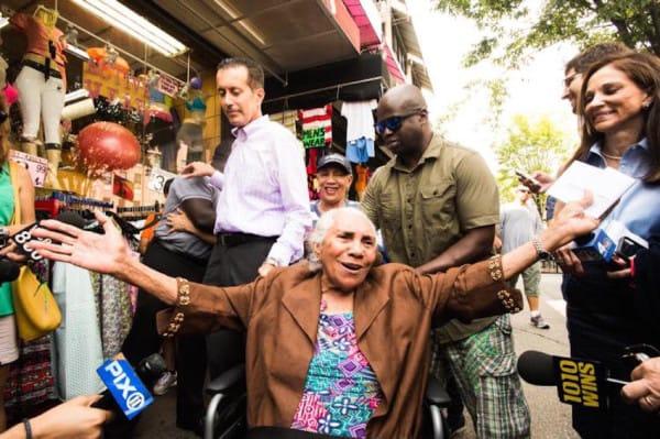 93歲老太太逛街把「1萬8社會補助金藏在胸罩裡」卻慘遭扒手趁機摸走,老太太不能再更感激他了!