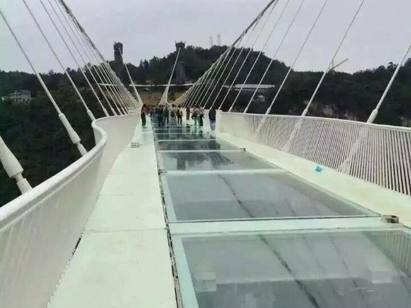 世上最高最長「張家界大峽谷玻璃橋」開放不到2週就宣佈關閉,他們沒有想到橋會支撐不了!