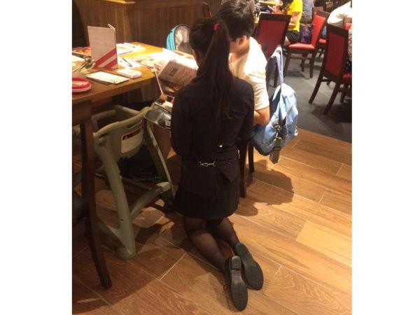 知名美式餐廳驚傳「女服務生跪著幫客人點餐」,店家PO文解釋讓網友都含淚按讚了…