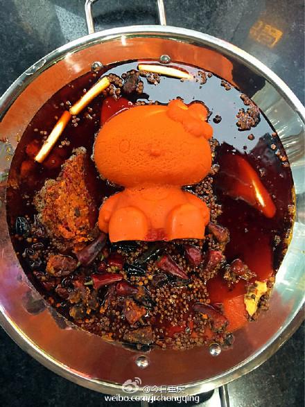 麻辣鍋店特製「Hello Kitty造型湯頭塊」吸引粉絲,但一點火後客人都流淚說「死得好慘...」