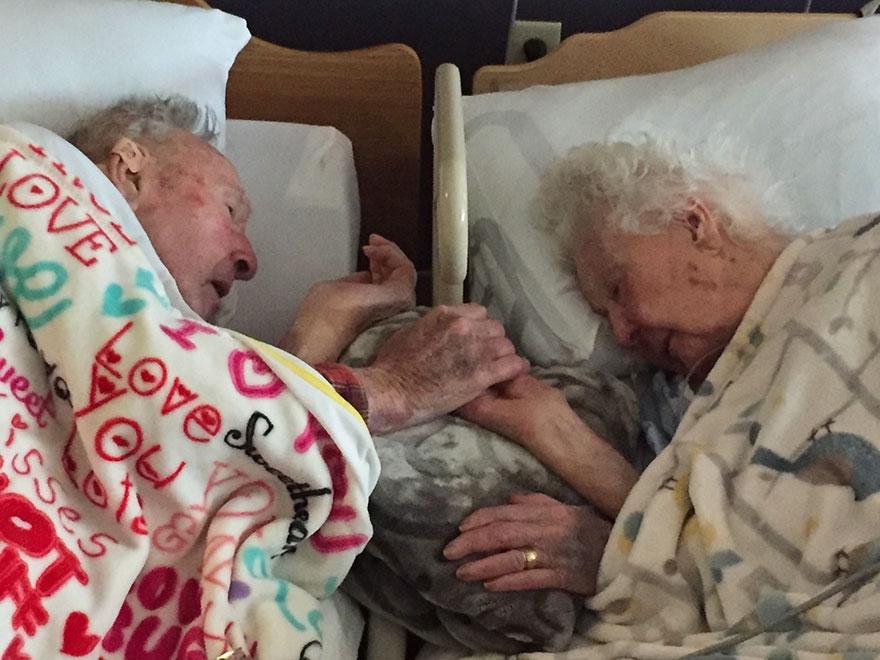 100歲的老先生在結婚77歲的太太要離世時,還緊緊的握著她的手不放,讓她到最後一刻「都擁有永恆的愛」。
