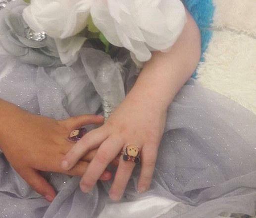 5歲病危女童死前最大心願是「和好朋友結婚」,看到兩人手上「婚戒」眼淚無法控制了...