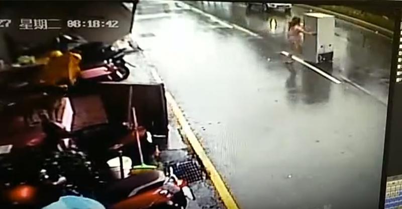 梅姬颱風強襲全台,錄影機拍攝到連冰箱都害怕要「離家出走了」...