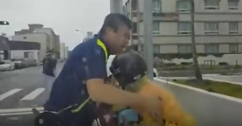 接孫子下課的阿嬤被狂風吹倒狂喊救命,駕駛立刻停車衝出車「拯救阿嬤大兵」變成台灣最美風景!