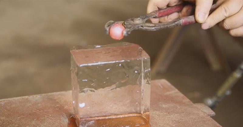 他將燒到1600度的小鐵球放到了冰塊上,一丟下去後看到「超爽效果」心情都好轉了!