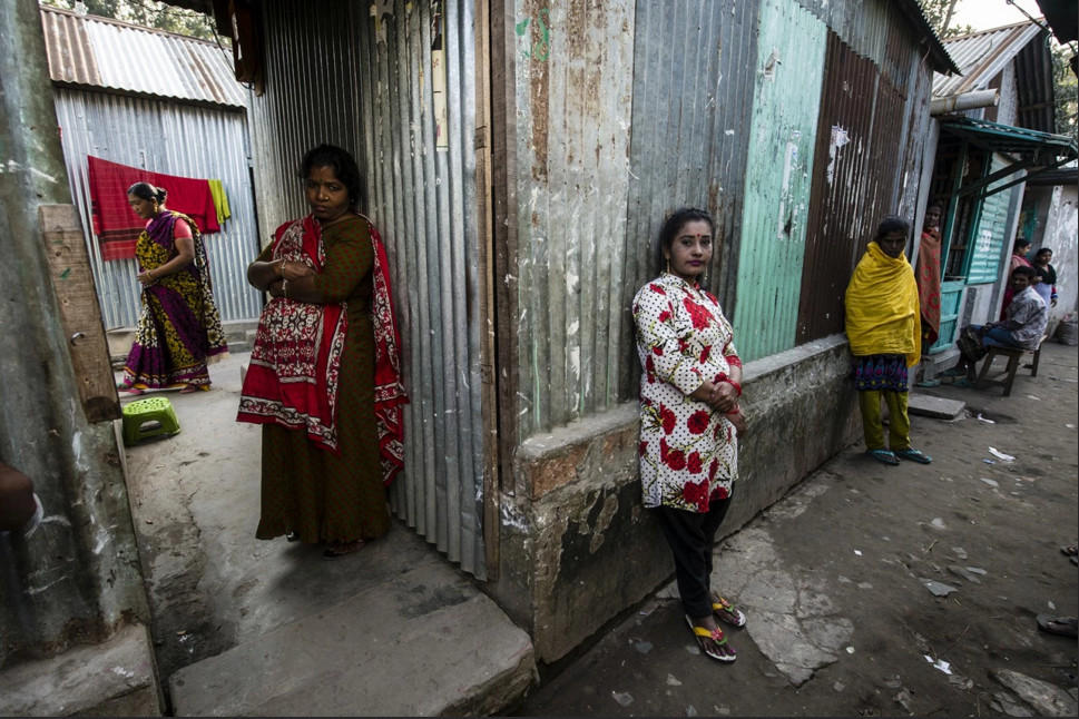 攝影師來到「200年歷史的孟加拉妓院」拍下最令人心碎的寫實照,抱著孩子還也接客的畫面太淒慘了!