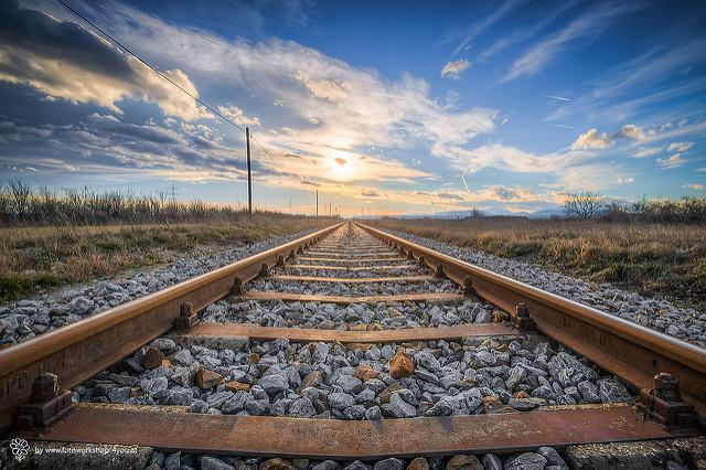 這就是為什麼火車鐵道上要「堆滿無數顆碎石 」!它們可不是擺在那擺好看的哦!