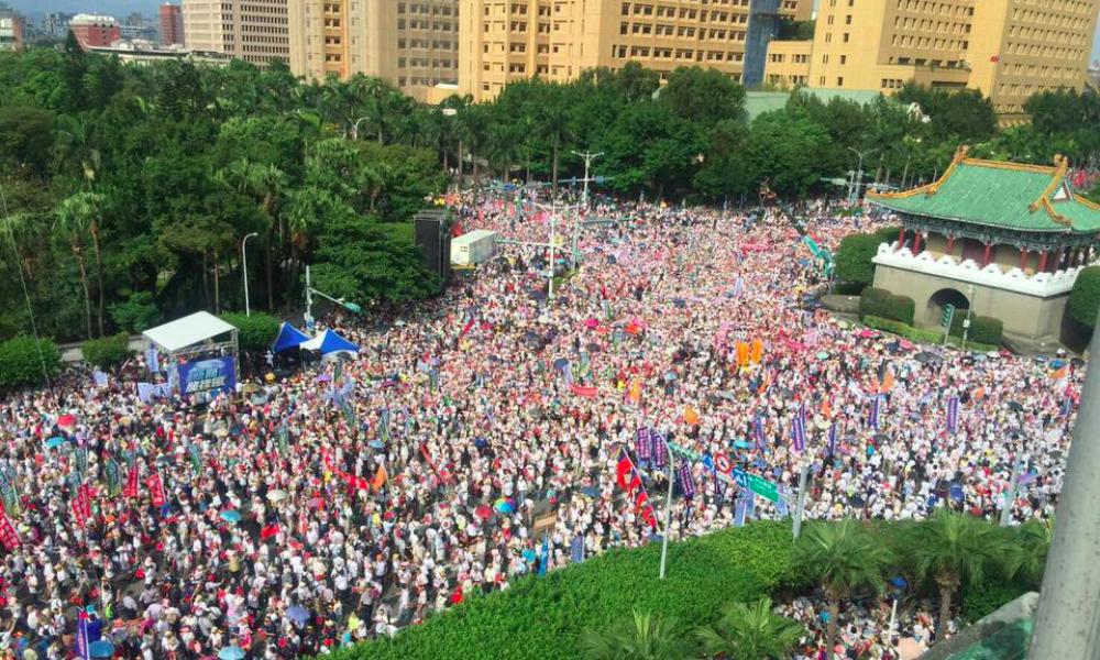 過了兩個禮拜「北投公園」再度發生大群人潮抓寶暴動,讓網友找出這張照片:「比凱道的人還多...」